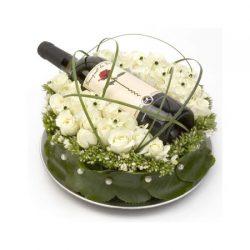 Luxe bloementaart inclusief een fles wijn om thuis te laten bezorgen door Alpina, Den Haag.