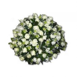Witte rouwbiedermeier met o.a. rozen en diverse groenmaterialen, afscheidsbloemen