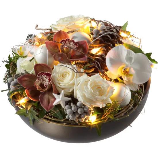 Sfeervol kerststuk met bloemen, kerstbloemstuk